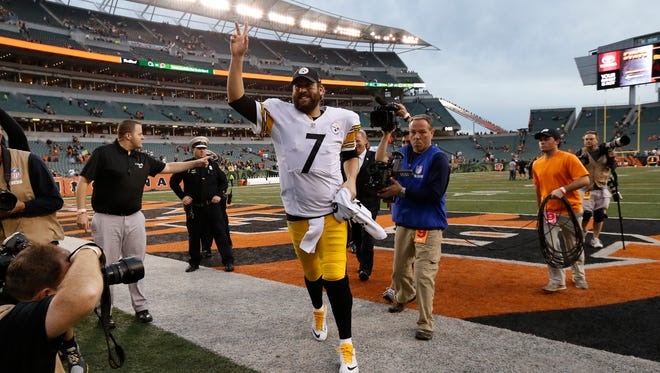 Pittsburgh Steelers quarterback Ben Roethlisberger waves to fans as he walks off the field after an NFL game against the Cincinnati Bengals, on Sunday, Dec. 13, 2015, in Cincinnati. The Steelers won 33-20.