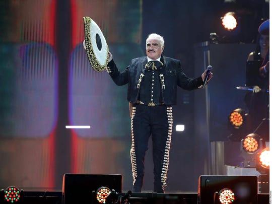 Vicente Fernández ya se retiró de los escenarios, pero sigue extrañando los aplausos de su público.