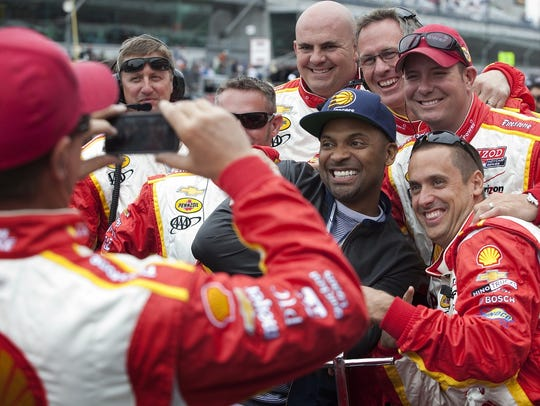 Mike Epps poses with members of Helio Castroneves'