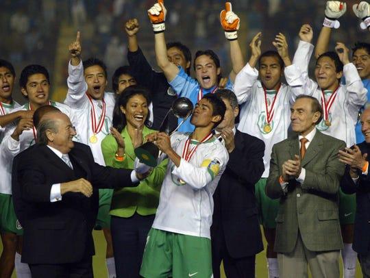 Patricio Araujo besa la copa luego que México se coronara