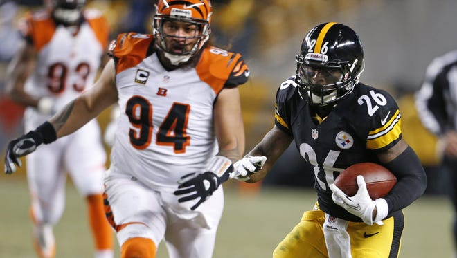 Pittsburgh Steelers running back Le'Veon Bell (26) runs the ball as Cincinnati Bengals defensive tackle Domata Peko (94) gives chase during the first quarter of their game played at Heinz Field in Pittsburgh Sunday December 15, 2013.