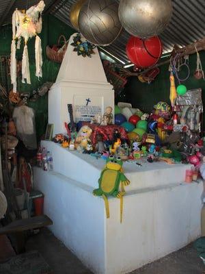 Decenas de muñecos, peluches y pelotas, entre otros juguetes,  se amontonan sobre la tumba de Raúl González, conocido popularmente como Raulito