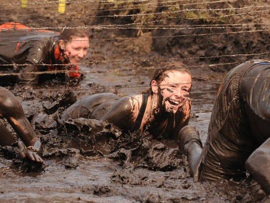 Rugged Maniac incluye la carrera de barro, en la que los participantes tienen que superar obstáculos como fuego, trampolines y un tobogán acuático.