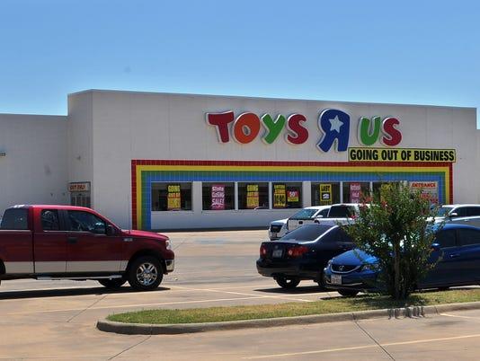 636657136928026582-Toys-R-Us-Closing-1.jpg
