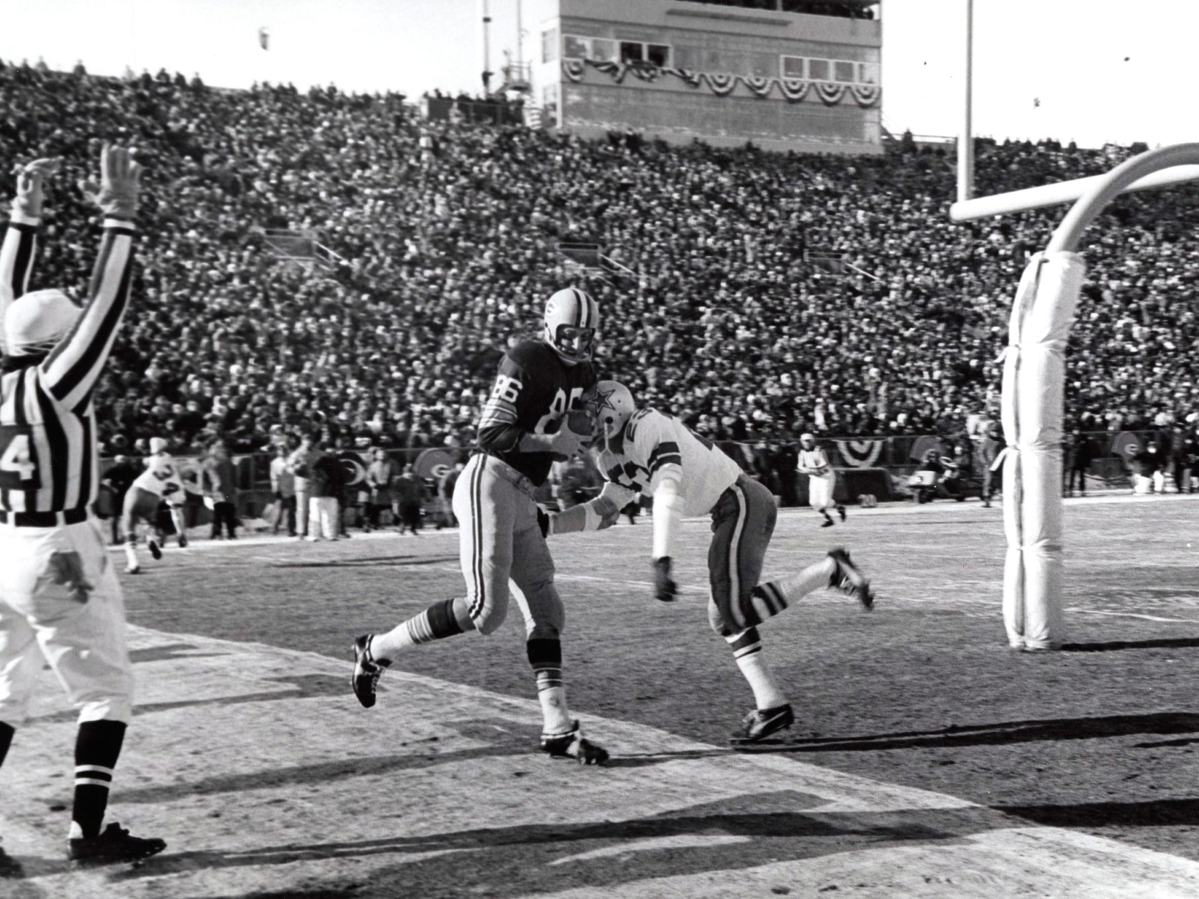 Green Bay Packers receiver Boyd Dowler catches the first touchdown pass in the 1967 NFL Championship Game at Lambeau Field. The 8-yard play was the result of an audible from Bart Starr.