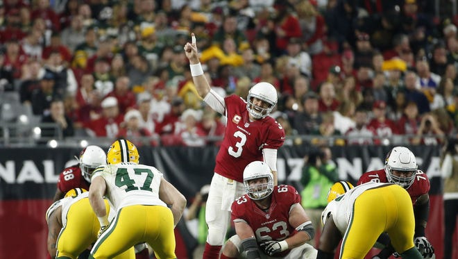 Arizona Cardinals QB Carson Palmer signals a play against the Green Bay Packers during the fourth quarter in NFL action December 27, 2015 in Glendale, Ariz.