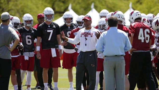 Arizona Cardinals head coach Steve Wilks huddles his team during a voluntary three-day mini camp at their Tempe training facility April 17, 2018.