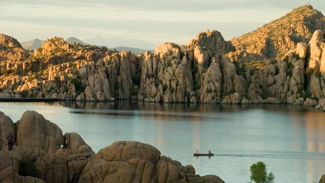 El lago Watson está situado en terreno rocoso de Granite Dells en Prescott. Una compañía privada renta canoas y kayaks justo al lado del lago, o si no puedes traer tu propia lancha. El lago cuenta con especies de agua tibia. El sendero de Recreación Nacional Peavine de 5.2 millas gira alrededor del lago y es popular entre los caminantes y ciclistas.