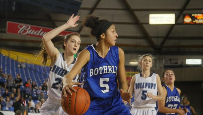 Bothell's Taya Corosdale looks for her next pass during the 2015 state tournament.