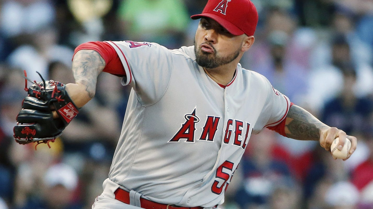 Twins send nolasco meyer to angels in swap for santiago for Schlafsofa 1 40x2 00