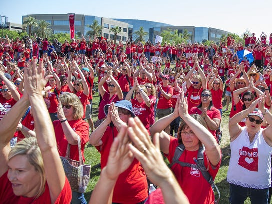 Maestros celebran la firma del presupuesto y el fin del paro laboral en Arizona.