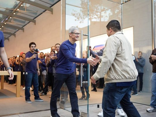 apple-ceo-tim-cook-iphone-x-launch-day_large.jpg