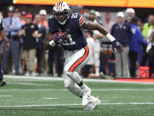 Auburn Tigers running back Kerryon Johnson (21) carries