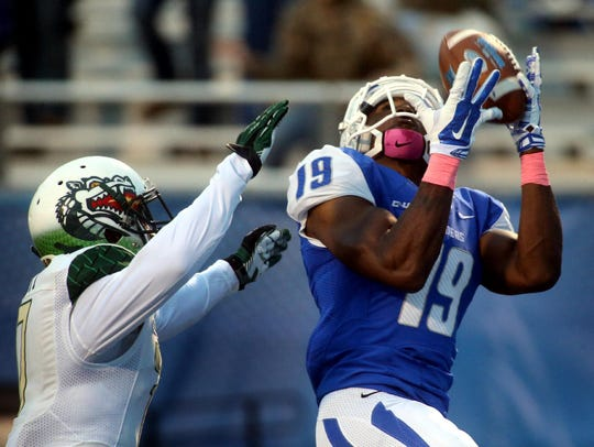 MTSU's Marcus Henry catches a 30-yard touchdown pass