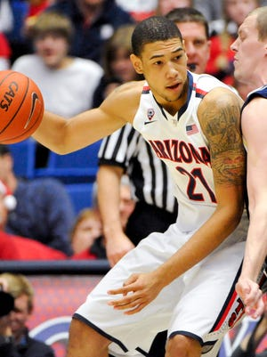 Brandon Ashley (21) has 11 points and nin rebounds for top-ranked Arizona.