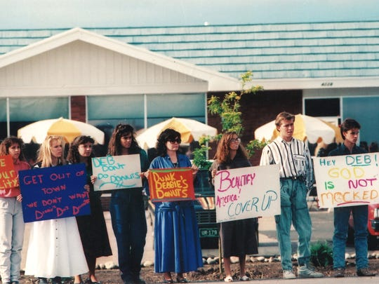 Protesters stand outside Debbie Duz Donuts on July 31, 1989.