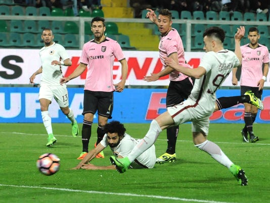Roma's Stephan El Shaarawy, right, scores the opening goal during a Serie A soccer match between Palermo and Roma at the Renzo Barbera stadium in Palermo, Italy, Sunday, March 12, 2017. (Mike Palazzotto/ANSA via AP)