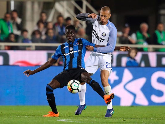 Atalanta's Barrow, left, and Inter defender Miranda vie for the ball during the Italian Serie A soccer match between Atalanta and Inter  Milan, at the Stadio Atleti Azzurri d'Italia in Bergamo, Italy, Saturday, April 14, 2018. (Paolo Magni/ANSA via AP)PAOLO MAGNI