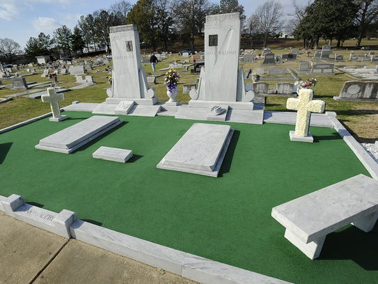 Thousands visit Hank Williams' grave at Oakwood Cemetery