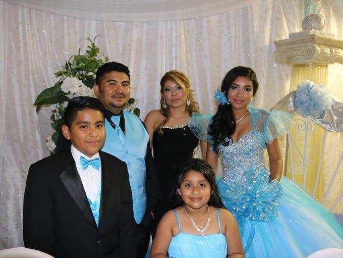 Leslie con su familia, su papá William Nava, su mamá