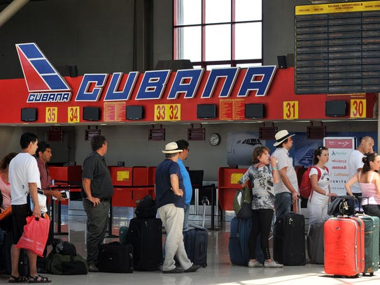 Varias personas hacen cola en el mostrador de la aerolínea