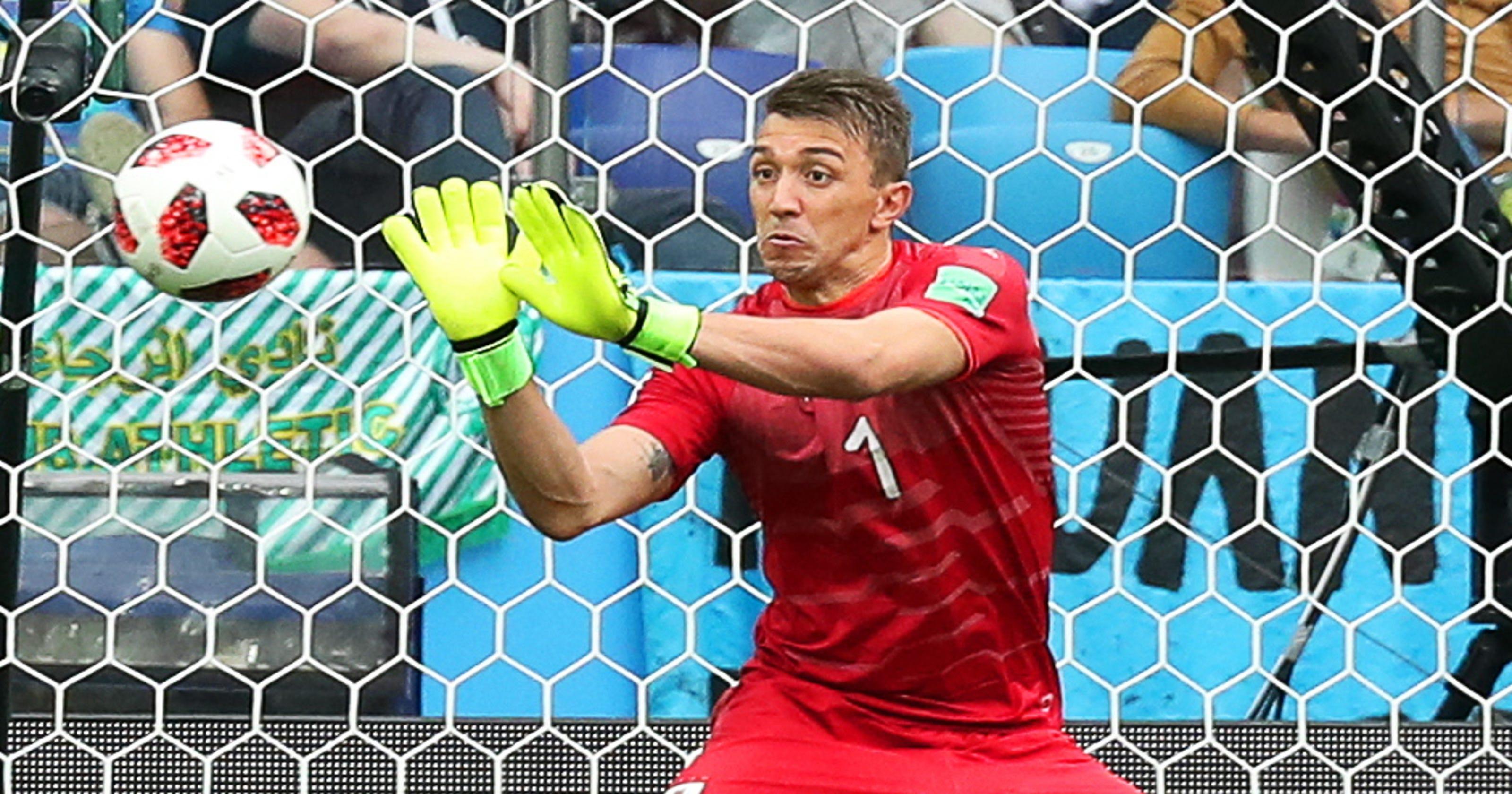 48d6eef2cf9 World Cup 2018  Uruguay s Fernando Muslera makes huge mistake on goal
