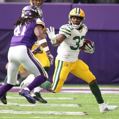 Green Bay Packers running back Aaron Jones (33) runs