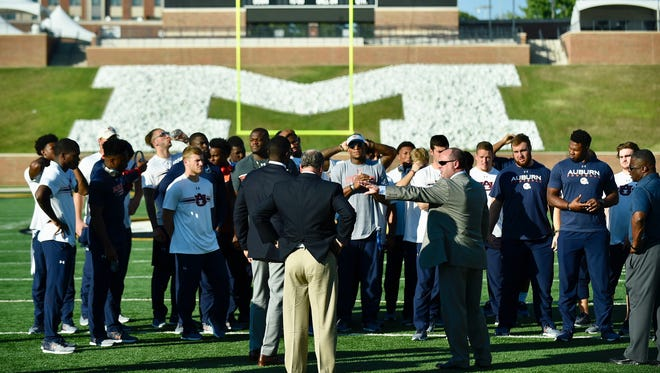 Auburn offensive coordinator Chip Lindsey meets with his offense during the walk through on Friday in Missouri.