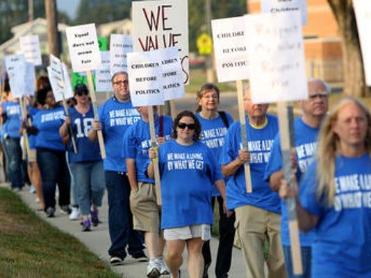 635485301989435015-striking-workers