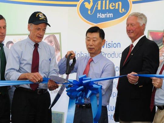 U.S. Senator Thomas Carper, Hong-Kulk Kim, Chairman