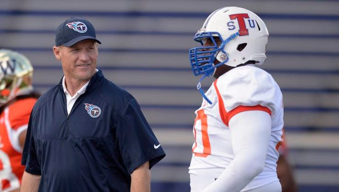North team coach Ken Whisenhunt of the Titans with North team guard Robert Myers during Senior Bowl practice this week.