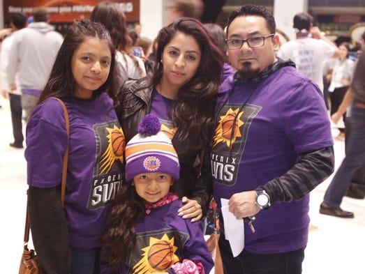 La familia Garcés se pintaron de morado para apoyar