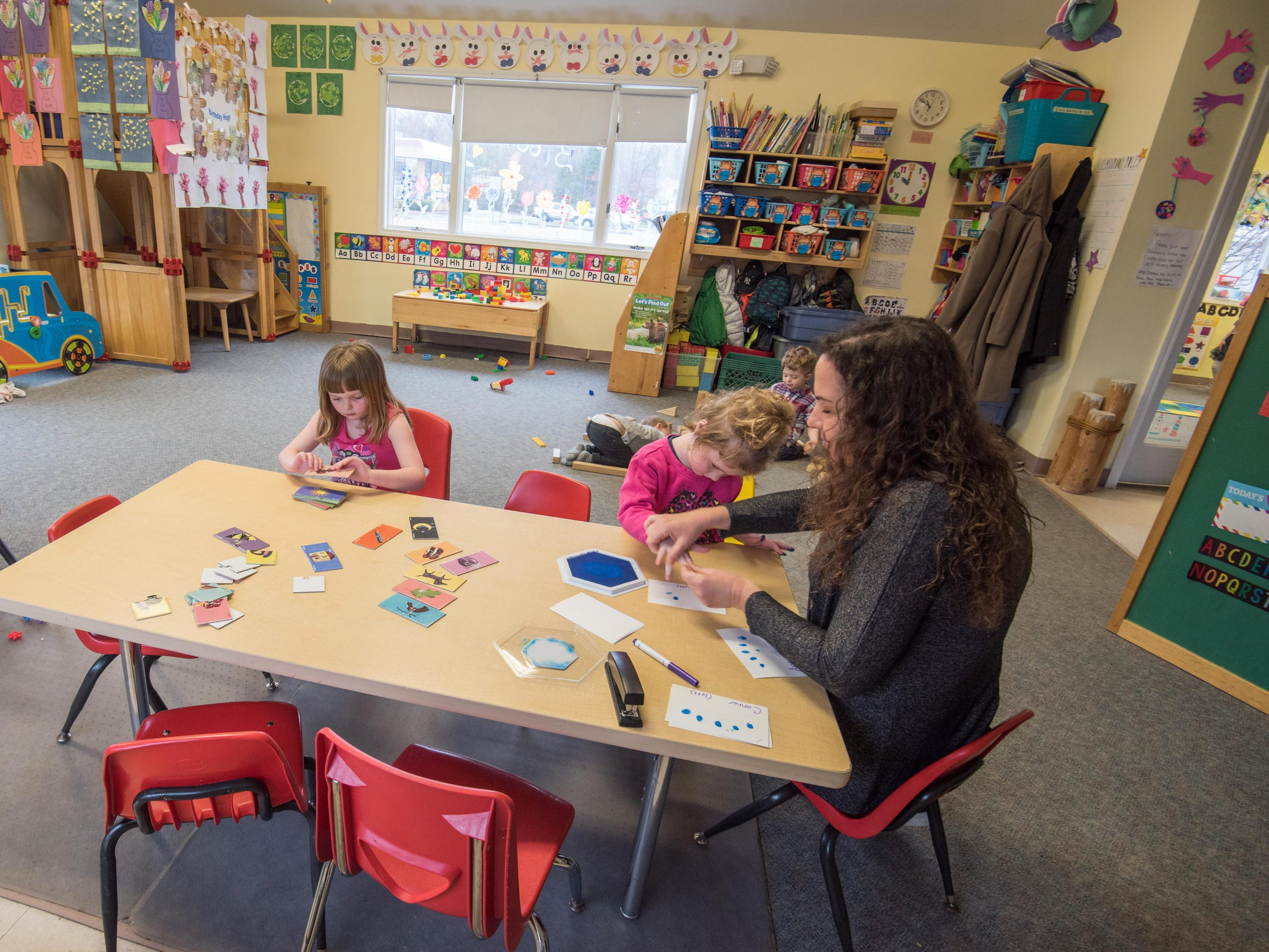 4/16/18-  Pre-K teacher Sarah Russo works with students on an art project at AB Seas Pre-School and Daycare, Middletown. Photo/James J. Connolly/Correspondent