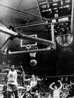 Jerome Whitehead's last second basket advances Marquette into the NCAA Finals.