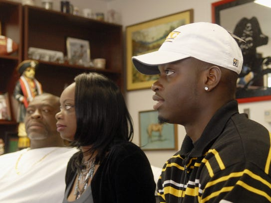 2/3/10  Keyon Reed, of Palm Bay high signs with UT