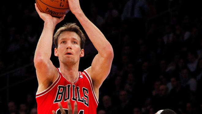 Chicago Bulls small forward Mike Dunleavy shoots over New York Knicks shooting guard J.R. Smith at Madison Square Garden.