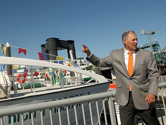 Governor Jay Inslee examines Kitsap Transit's Rich