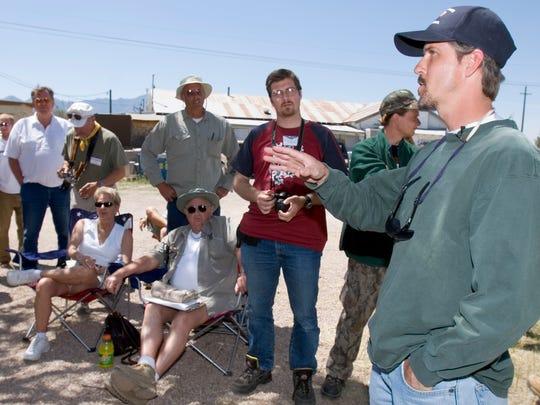 Chris Simcox (right) briefs Minuteman volunteers in