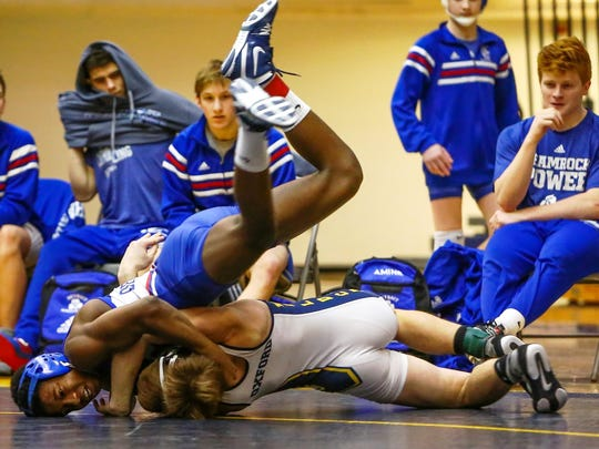 Catholic Central's Kevon Davenport (left) prevailed 2-1 in his 125-pound match against Oxford's Sergio Borg.