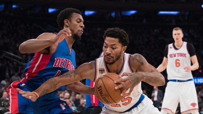 New York Knicks guard Derrick Rose (25) controls the ball against Detroit Pistons guard Ish Smith on Wednesday in New York.
