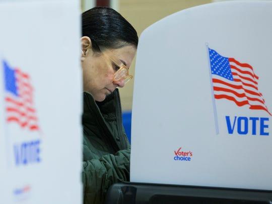 Una mujer emite su voto en las elecciones de medio término.