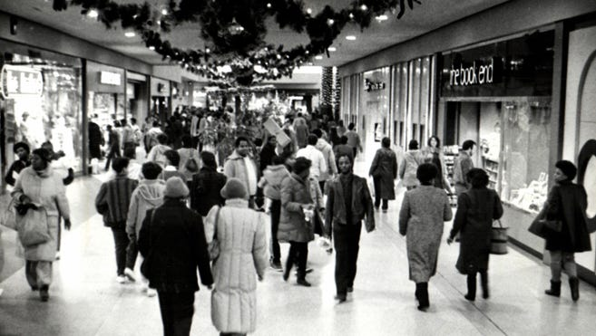Last-minute shoppers crowded Northland Mall in Southfield on Christmas Eve 1985.
