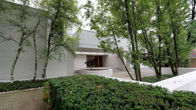 Birmingham home built in 1992 by architect Irving Tobocman first time offered for sale by the original owners. Modern lines and lots of natural light fill this home walking distance to downtown Birmingham. Nestled on .44 acres this 5,962 Sq.-ft. home is listed for $2,600,000 Wednesday, September 10, 2014.