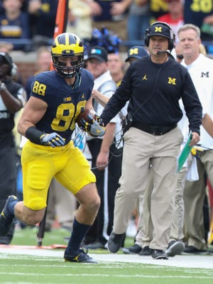Michigan Wolverines TE Jake Butt makes a catch against the Wisconsin Badgers during the first half Saturday, Oct. 1, 2016 at Michigan Stadium in Ann Arbor.