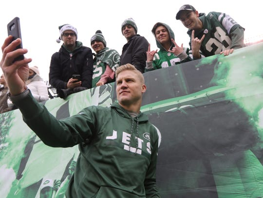 Despite being injured, Josh McCown was on the field