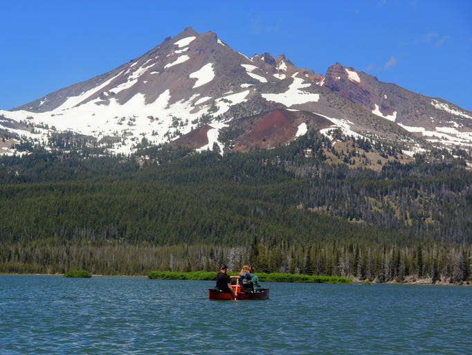 Broken Top rises over Sparks Lake, a popular place for canoeing, kayaking and SUP in the Central Oregon Cascades west of Bend.