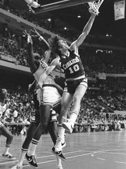 Dick Snyder (10) of the Cleveland Cavaliers reaches