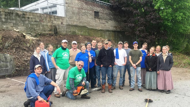 Kneeling, left to right, Simeon Winter (Bruderhof counselor) Les McCarthy, Notre Dame Club member; second row, from left Katherine Scott (Bruderhof counselor) and Notre Dame Club members Peter Johantgen, Joe Spiegel, Erin Rider, Chris Spiegel and 14 young volunteers from the Bruderhof Community.