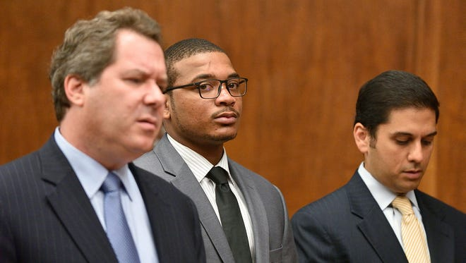Khari Noerdlinger, center, with attorneys Lee Vartan (R) and Jeffrey Lichtman, appears in court in an motion to get weapons charges dropped.