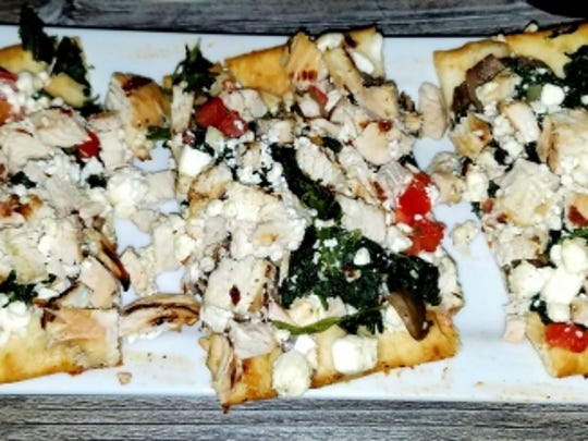 Mulligan's Bella Flatbread($13.99) It wasn't as crispy as I had hoped, but it was overflowing with chunks of grilled chicken breast, so much so that I could not pick it up and had to eat it with a knife and fork. It was topped with all of my favorites... mushrooms, tomato, spinach, and goat cheese.